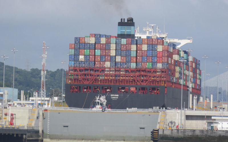 b) Containerschiff fährt in den neuen Schleusenteil ein