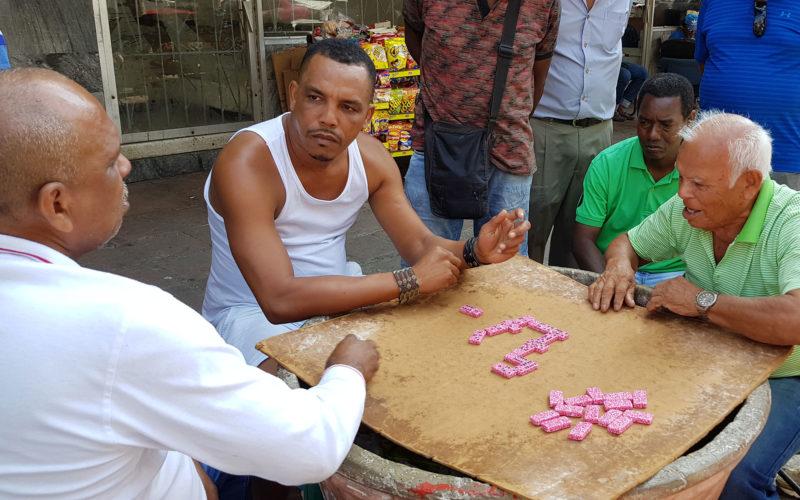 Dominospieler am Straßenrand