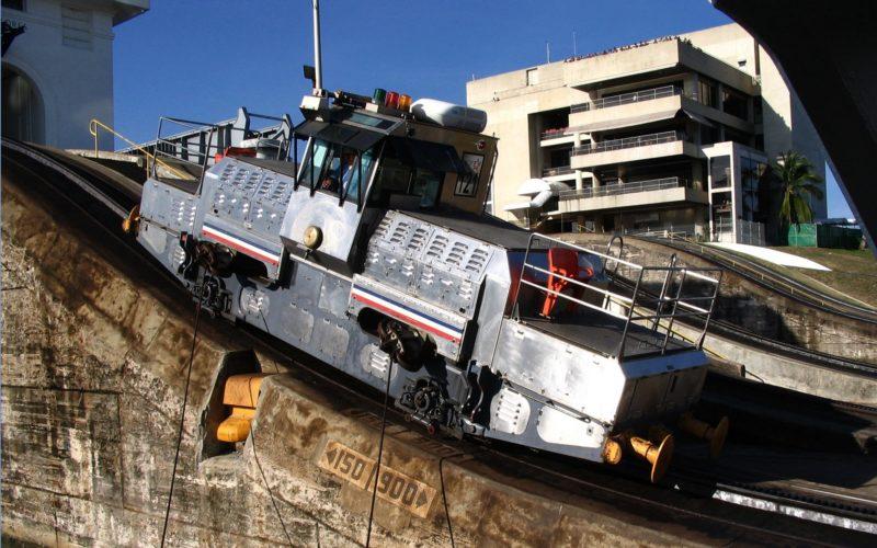 c) Treidellokomotive  an der Schleuse