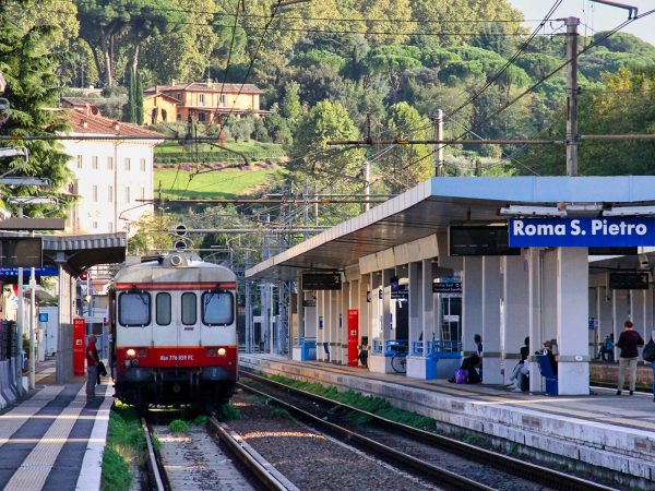 Roma_San_Pietro_train_station_FCU_ALn_776_October_2012